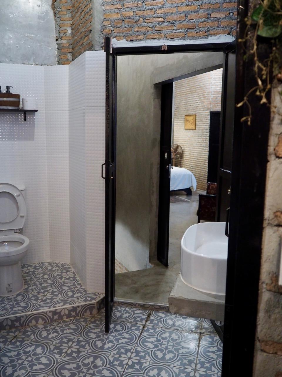 ห้องน้ำที่มีประตูเข้าได้สองด้าน