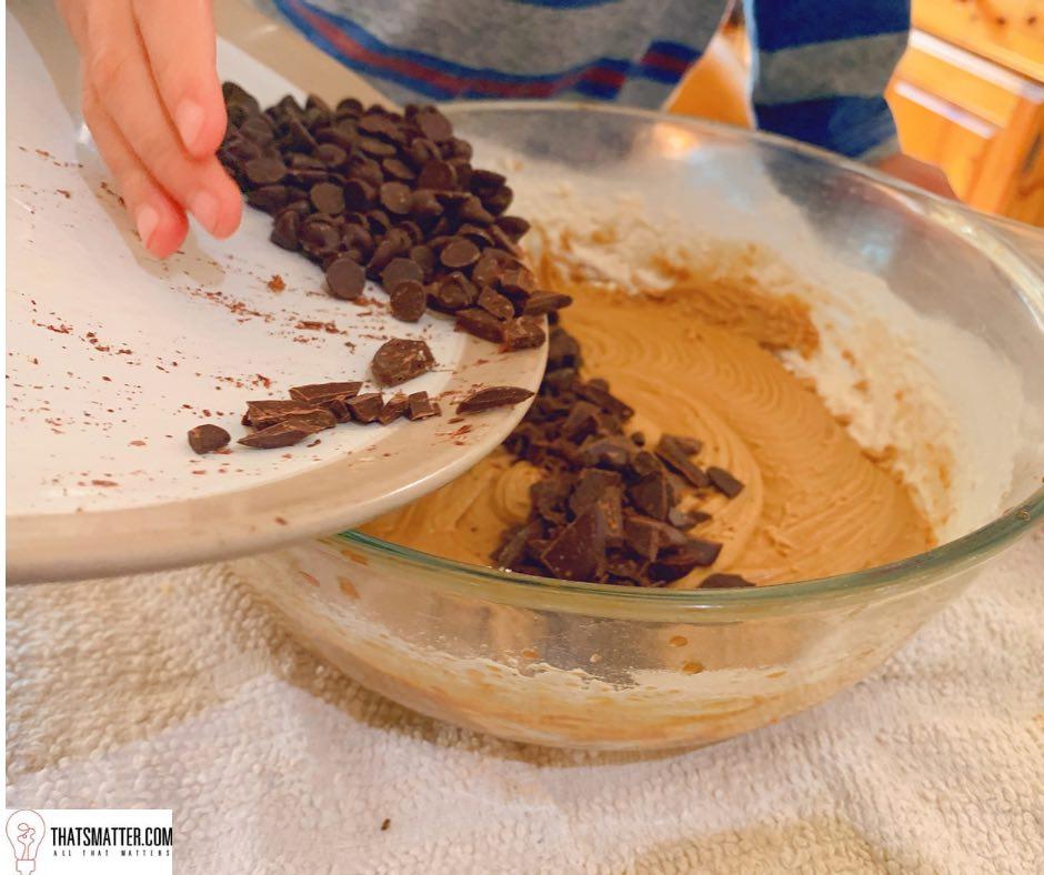 นำดาร์กช็อคโกแลตและช็อคโกแลตชิพ ผสมกับส่วนผสมอื่นๆ แป้งโดว์ คุกกี้ช็อคโกแลตชิพ