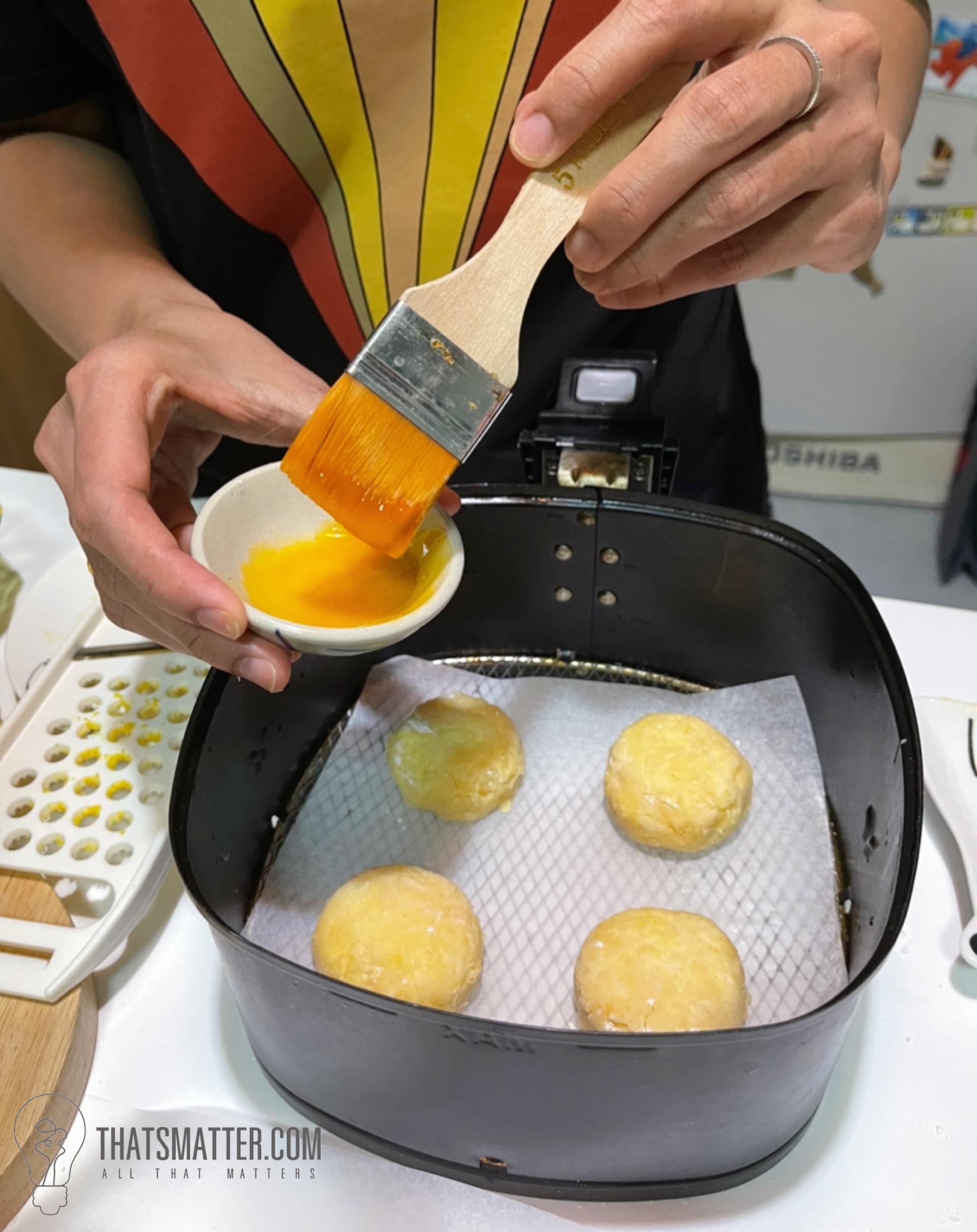 ไข่แดงทาด้านบนของสโคน